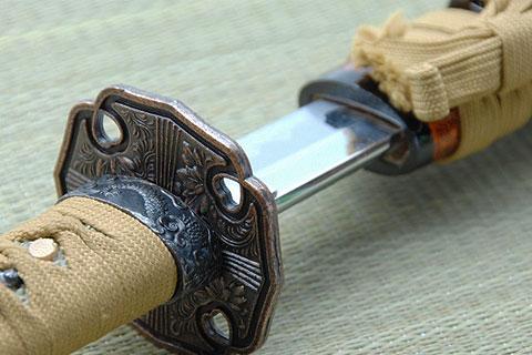 刀身がわずかに見えた刀の鍔の写真