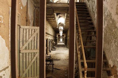 鉄格子ごしに見た監獄の写真