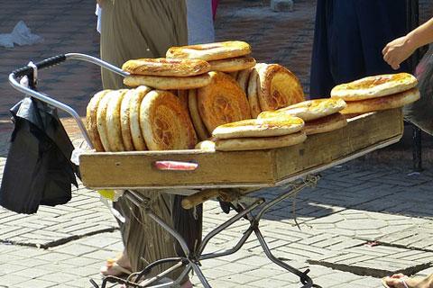 ワゴンに積まれたパンの写真