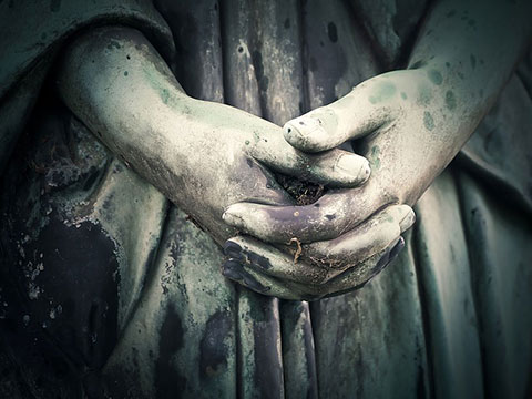 組んだ手の彫刻の写真